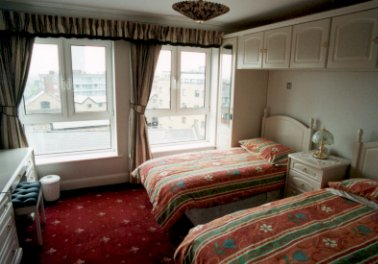 Second bedroom with twin beds in self catering Bermondsey apartment on the river